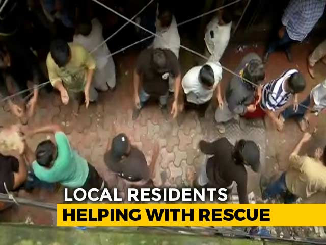 Video : Human Chain To Remove Debris In Search For Survivors In Mumbai's Dongri