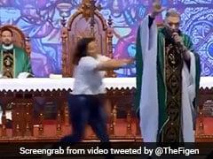 சொர்க்கம் செல்லமாட்டாய் என்ற பாதிரியாரை மேடையிலிருந்து தள்ளி விட்ட குண்டுப்பெண்! #7Sec.Video