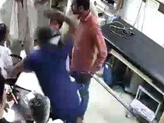 मध्य प्रदेश: घायल मरीज के परिजनों ने पुलिस की मौजूदगी में की डॉक्टर की पिटाई, देखें Video