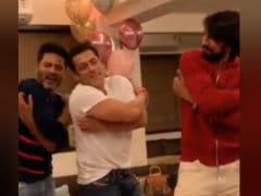 Salman Khan Gets An <i>Urvashi</i> Dance Lesson From Prabhu Deva Himself. How Did He Do?