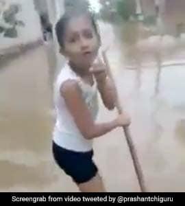 Viral Video: बारिश से भरा पानी तो बच्ची ने सड़क पर उतरकर ऐसे की Live Reporting