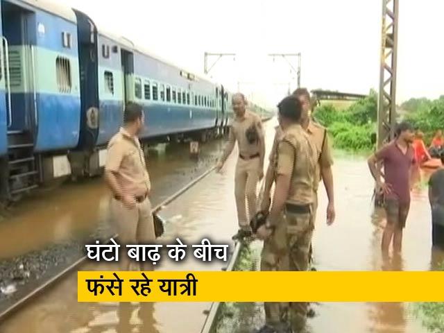 Video : टी एक्सप्रेस: भारी बारिश की वजह से फंसी महालक्ष्मी एक्सप्रेस और कांवड़ियों पर मेहरबान एसपी