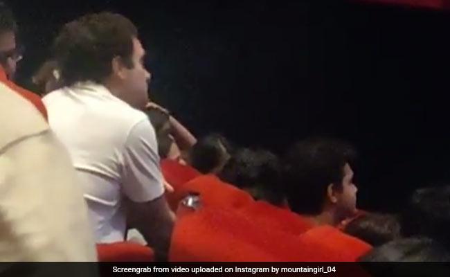 வைரல் வீடியோ: ரசிகர்களுடன் ரசிகராய் படம் பார்த்த ராகுல் காந்தி