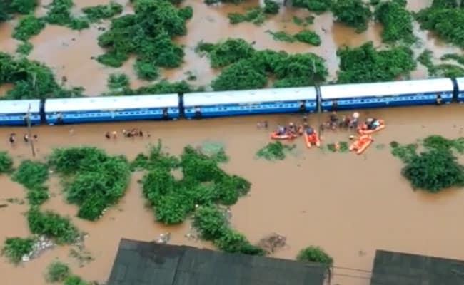 सुरक्षित ट्रेन में फंसे यात्री