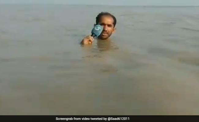 गर्दन तक पानी में डूबकर पाकिस्तानी रिपोर्टर ने ऐसे बताया बाढ़ का हाल, Video हो गया वायरल