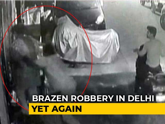 Video : On CCTV, 2 Men Snatch Delhi Woman's Bag; Cops Accused Of Not Filing Case