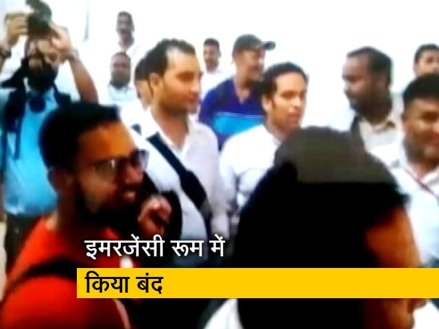 Videos : डीएम ने सीएम योगी के सामने पत्रकारों को कमरे में किया बंद