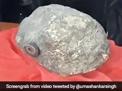 आसमान से गिरा रहस्यमयी पत्थर, चुम्बक भी चिपक रहा है इससे, लोगों में मची हलचल, देखें VIDEO