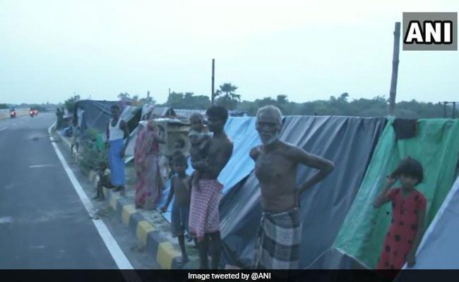 बिहार में बाढ़ से 12 जिलों के 72.78 लाख लोग प्रभावित, दरभंगा में नेशनल हाइवे के किनारे लोगों ने लिया शरण