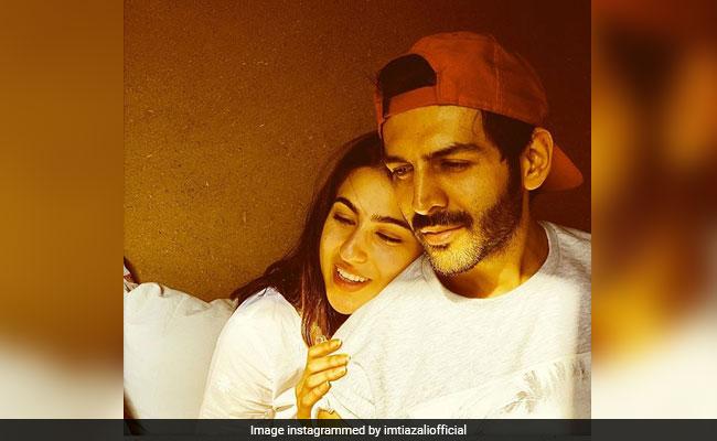 फैन्स के बीच फंसी सारा अली खान को सोनू ने कुछ इस तरह बचाया, देखें Video