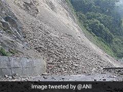 जम्मू-श्रीनगर राजमार्ग पर यातायात बहाल करने के प्रयास जारी, बर्फबारी के आसार
