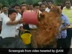 அரசு பொறியாளர் மீது சேற்றை ஊற்றிய காங்கிரஸ் எம்.எல்.ஏ கைது!