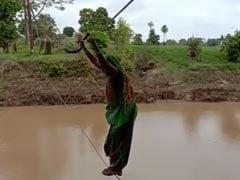 मध्य प्रदेश: रस्सी के सहारे नदी पार करने पर मजबूर हैं किसान, खेत पर जाने के लिए लगानी पड़ती है जान की बाजी