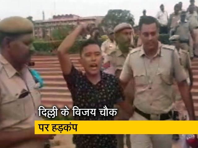 Video : सिक्किम से आए युवक ने विजय चौक पर चलाए पटाखे