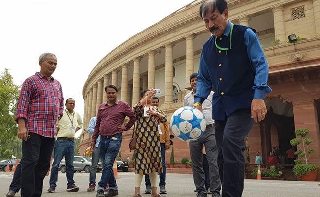...जब संसद भवन परिसर में फुटबॉल खेलने लगे टीएमसी सांसद, मिला इनका साथ