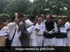 सोनभद्र मामले में न्याय की मांग और प्रियंका गांधी को हिरासत में रखने के विरोध में कांग्रेस सांसदों का संसद परिसर में प्रदर्शन
