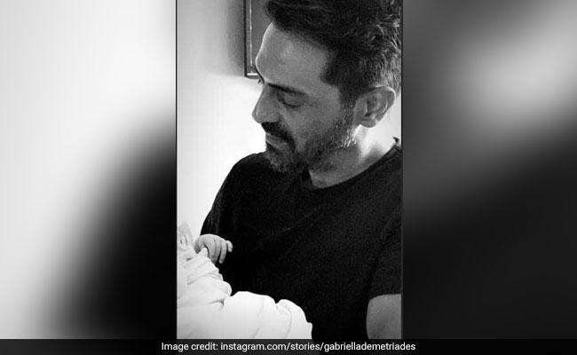 अर्जुन रामपाल के बेटे की पहली Photo आई सामने, गर्लफ्रेंड से मिलने टेडी बियर लेकर पहुंचे हॉस्पिटल