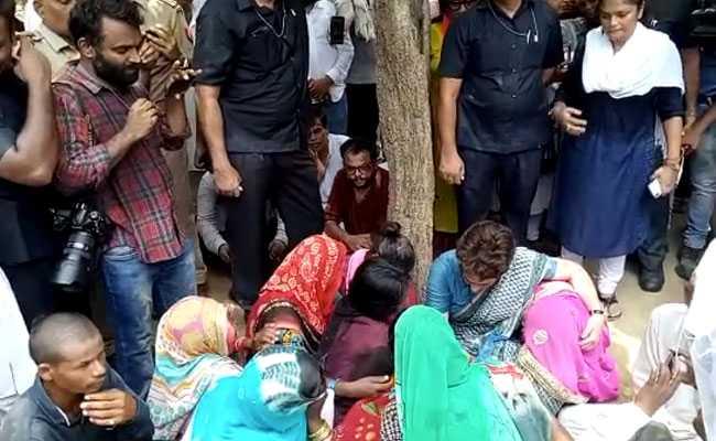 सोनभद्र हत्याकांड के पीड़ितों के परिजनों से की प्रियंका गांधी ने मुलाकात