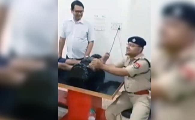 कांवड़िये का पैर दबाते दिखे शामली के एसपी अजय कुमार, देखें- VIDEO