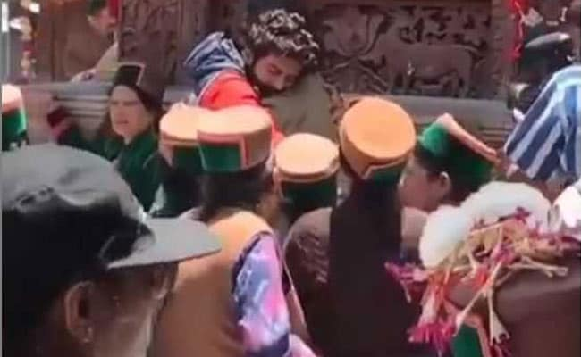 सारा अली खान से बिछड़ते हुए 'सोनू' हो गए इमोशनल, फूट-फूटकर लगे रोने- देखें Video
