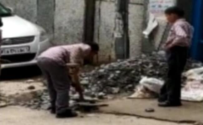 दिल्ली के स्कूल में बच्चों से मजदूरों की तरह काम करवाने का VIDEO वायरल, AAP ने की यह मांग