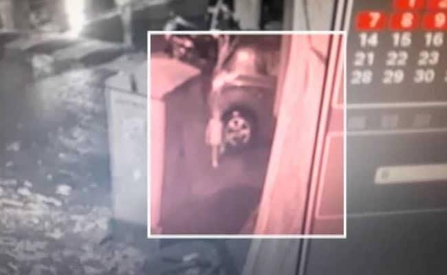 मुंबई: घर से निकलते ही अचानक गटर में गिर गया 2 साल का मासूम, देखें- VIDEO