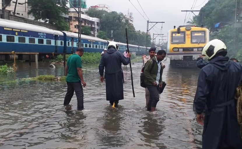 Mumbai Rains: मूसलाधार बारिश से मुम्बई बेहाल, महाराष्ट्र में 36 हुई मरने वालों की संख्या