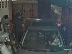 दिल्ली : बंदूक के दम पर बदमाशों ने घर की पार्किंग में पति-पत्नी को लूटा, कार में ही थे बच्चे, सामने आया दिल दहलाने वाला वीडियो