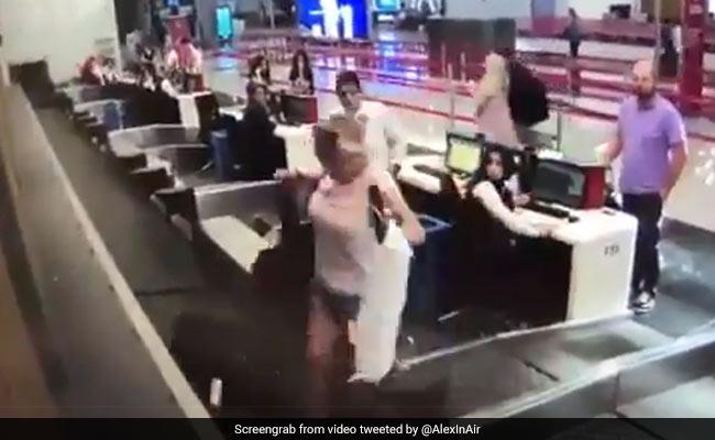 पहली बार फ्लाइट से जा रही थी महिला, प्लेन में जाने के लिए किया कुछ ऐसा, Video देख लोग बोले - BAN करो इसे