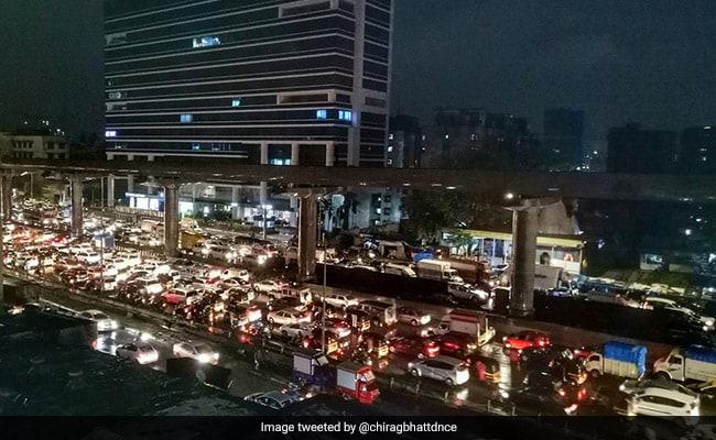 Mumbai Rains: बारिश की वजह से फिर थमी मुंबई की रफ्तार, सड़कें और रेलमार्ग जलमग्न, 17 उड़ानें की गईं डायवर्ट
