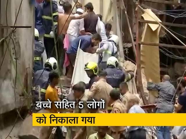 Video : मुंबई के डोंगरी इलाके में इमारत ढही, एक बच्चे सहित पांच लोगों को निकाला गया