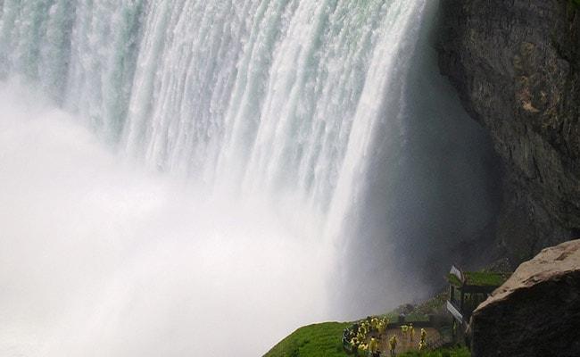 নায়াগ্রা জলপ্রপাতে ১৮৮ ফুট উঁচু থেকে পড়ে গিয়েও অক্ষত অবস্থায় উদ্ধার এক ব্যক্তি