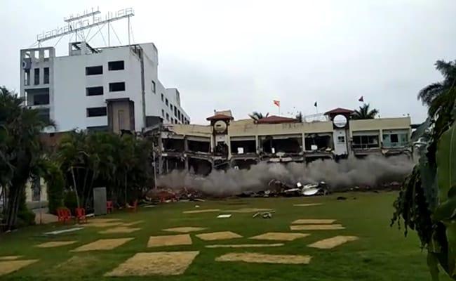 विस्फोट हुआ और धूल में बदल गया करोड़ों की लागत से बना आलीशान होटल, देखें - VIDEO