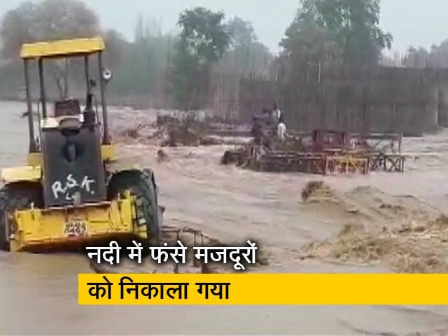 Videos : मध्य प्रदेश में सूखी नदी में अचानक आई बाढ़