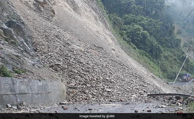 जम्मू-श्रीनगर राष्ट्रीय राजमार्ग पर यातायात बहाल, भूस्खलन के चलते हो गया था बंद