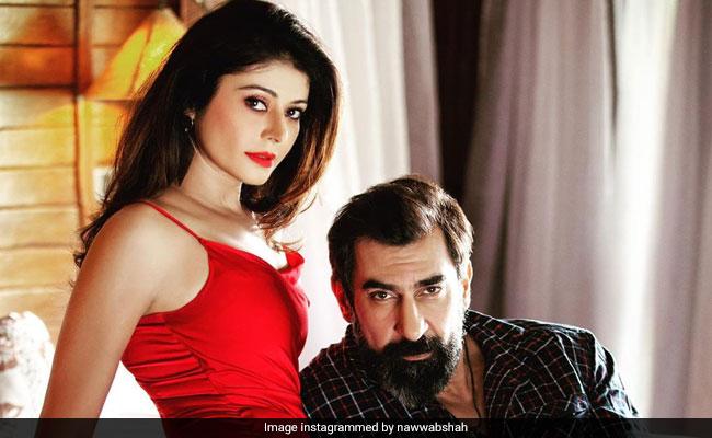 पूजा बत्रा और नवाब शाह रोमांटिक अंदाज में आए नजर, Photos हुईं वायरल