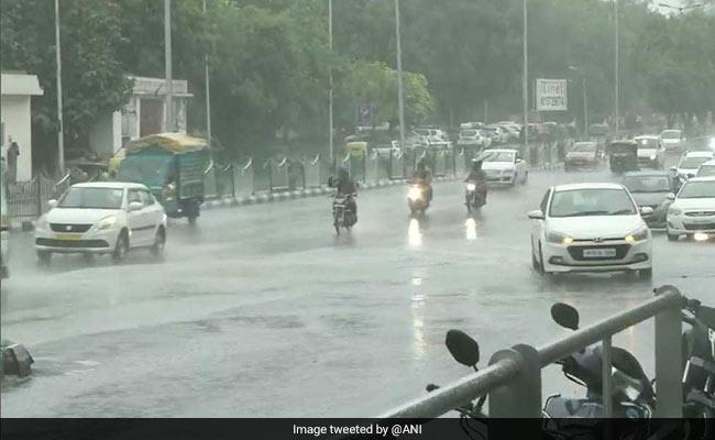 दिल्ली-एनसीआर में हुई झमाझम बारिश, गर्मी और उमस से मिली राहत