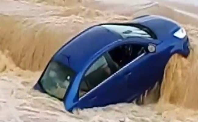 छत्तीसगढ़ : बाढ़ के पानी में कागज की तरह बह गई कार, देखें- VIDEO