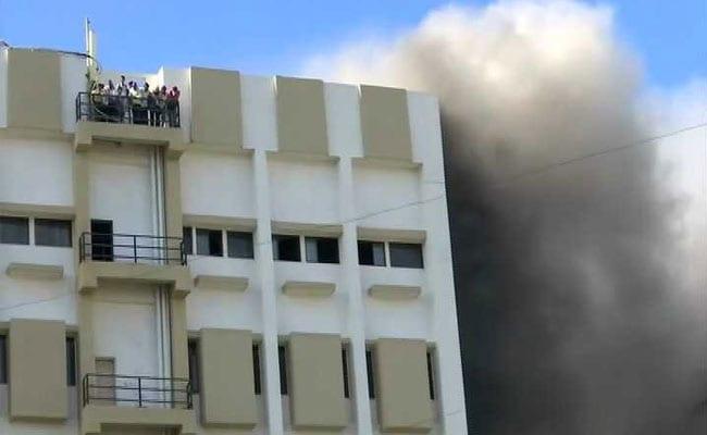 मुंबई के बांद्रा में स्थित MTNL इमारत में लगी भीषण आग, दर्जनों लोग अब भी फंसे