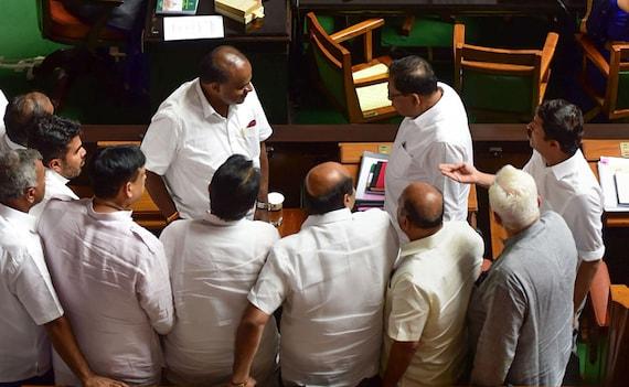 कर्नाटक संकट: स्पीकर ने बागी MLAs को जारी किया नोटिस- कल सुबह 11 बजे दफ्तर बुलाया