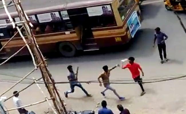 चेन्नई में 'तलवारें' लहराते बस में चढ़े कॉलेज विद्यार्थी, विरोधियों पर किया हमला
