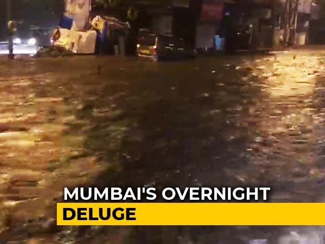 Video : Video: Road To Mumbai Airport Flooded, Drivers Struggle To Avoid Potholes