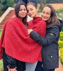 रेड शॉल में मां और बहन संग नजर आईं आलिया भट्ट, Photo हो रही है Viral