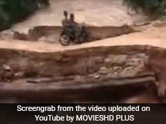 उफनती नदी के ऊपर से गुज़र रहे थे बाइक सवार सैनिक, तभी धंसी सड़क और फिर...देखें VIDEO