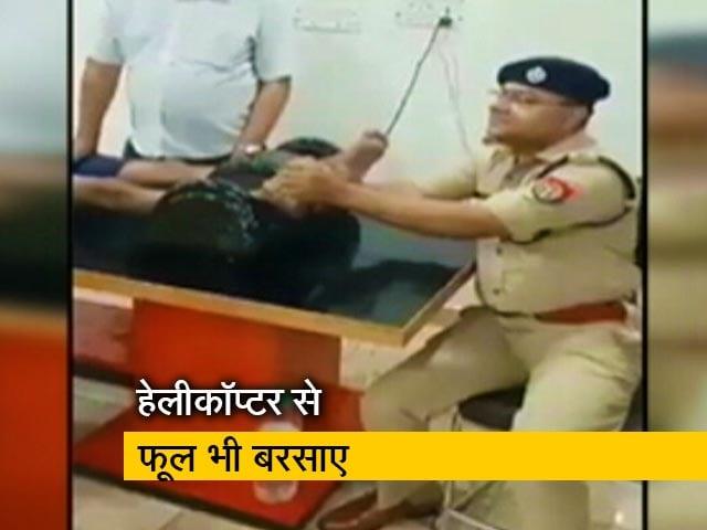 Video : यूपी में शामली के एसपी ने की कांवड़िए के पैरों की मालिश