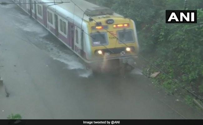 बारिश से बेहाल मायानगरी मुंबई, दो दिनों में ही 540 मिलीमीटर बारिश हुई, टूटा 10 साल का रिकॉर्ड