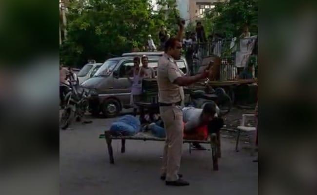 दो पुलिस कर्मियों ने दिखाई बहादुरी, आंखों में मिर्च झोंके जाने पर भी अपराधी को दबोचा