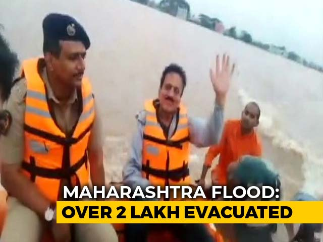 Video : Maharashtra Minister Stops For Selfie During Tour Of Flood-Hit District