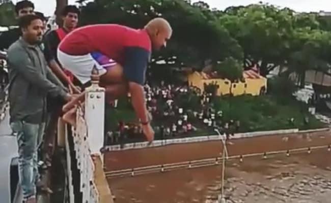 उफनती नदी में ऊंचे पुल पर से छलांग लगाने और वीडियो बनाने के लिए युवक-युवतियों में होड़, देखें-VIDEO