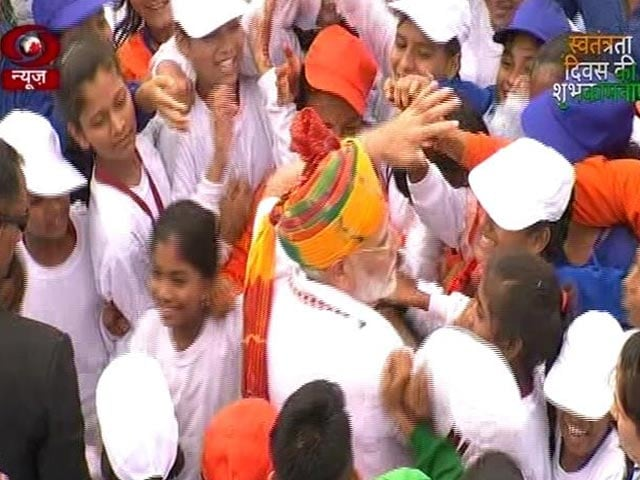 Video : PM 'Mobbed' By Young Fans As He Leaves After 90-Minute Speech At Red Fort